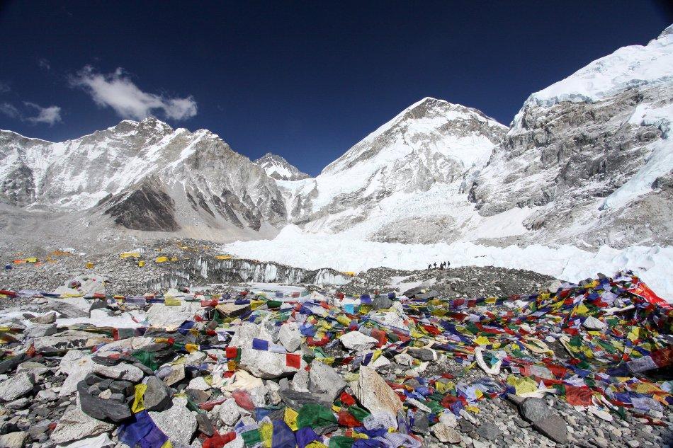 En esta imagen del sábado 11 de abril de 2015 se ve a varios guías sherpa en la distancia en un campamento de montañismo en el Monte Everest, en Nepal.  (Foto AP/Tashi Sherpa)