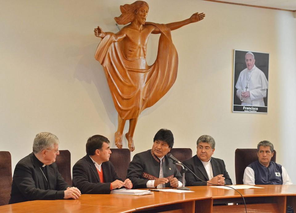 El mandatario boliviano, Evo Morales (c), y el presidente de la Conferencia Episcopal Boliviana (CEB), Óscar Aparicio (2d), hablan con la prensa el jueves 16 de abril de 2015, durante el anuncio de la visita del papa Francisco a las ciudades bolivianas de El Alto, La Paz y Santa Cruz de la Sierra en su viaje al país andino en julio próximo. EFE/Jorge Abrego