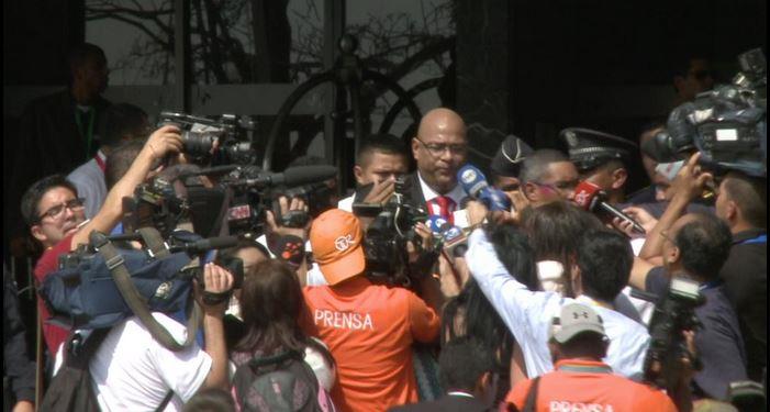 Imagen previa al incidente con la seguridad del presidente de Bolivia y un camarógrafo de Telemetro en Panamá. Foto tuiteada por Telemetro el 11 de abril de 2015.