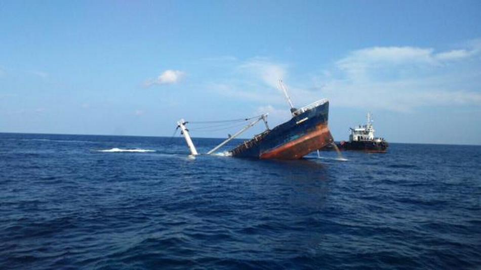 Hunden el buque Floreana que encalló cerca de Puerto Baquerizo ... - La República Ecuador