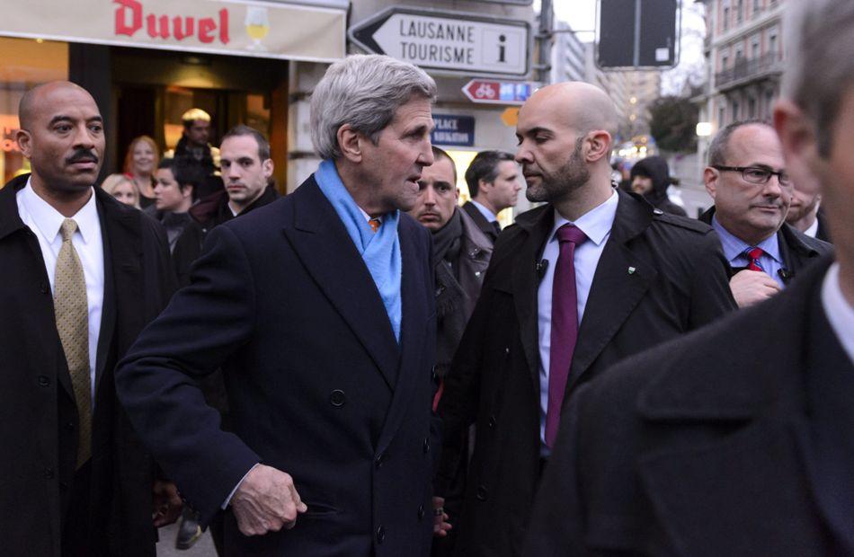 LGR118 LAUSANA (SUIZA), 26/03/2015.- El secretario de Estado estadounidense, John Kerry (c), sale del hotel durante un descanso tras la reunión bilateral que mantuvo con el ministro iraní de Asuntos Exteriores, Mohamad Yavad Zarif, en Lausana, Suiza, jueves 26 marzo de 2015.EFE/Laurent Gillieron