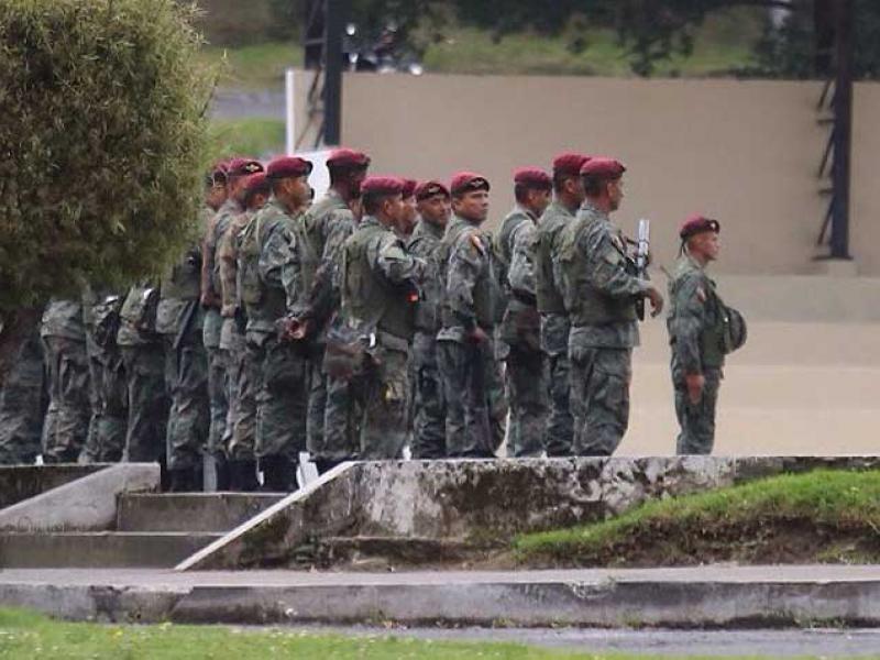 Fotografía publicada por el diario El Comercio, la tarde del 30 de abril de 2015, que muestra a militares en el Fuerte Militar Epiclachima, en Quito.