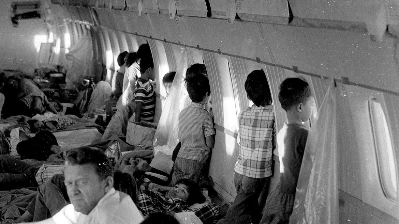 Vista desde el interior del World Airways DC-8 que evacuó a los niños. AP