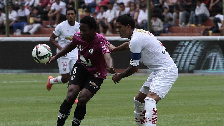 QUITO 12 DE ABRIL DEL 2015. Liga de Quito vs Independiente del Valle. En la foto Norberto Araujo (Liga) y Daniel Angulo (Independiente). FOTOS API / JUAN CEVALLOS.