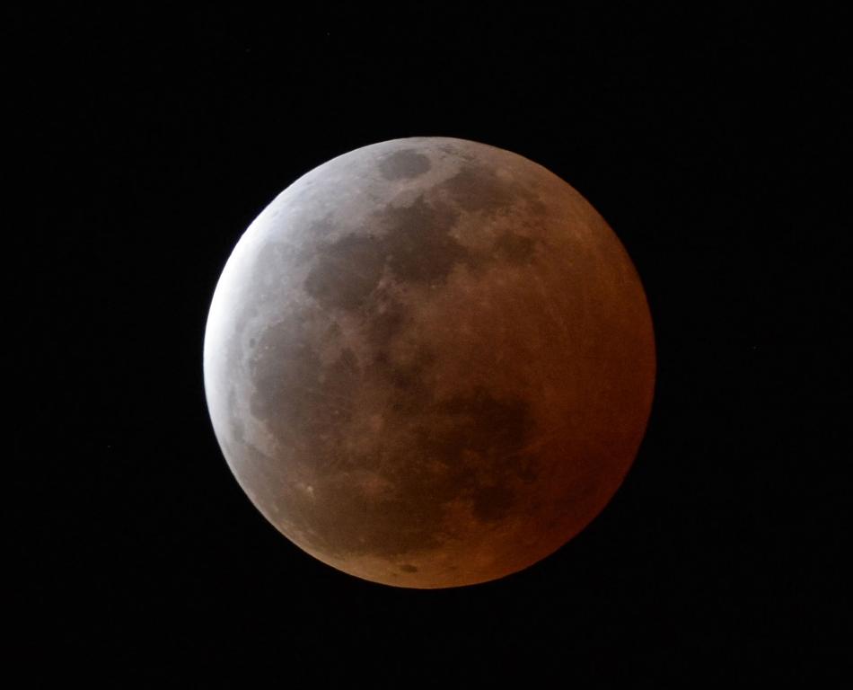 Vista del comienzo de un eclipse de Luna desde la ciudad japonesa de Urasoe el 4 de abril dl 2015. (AP Foto/Kyodo News)