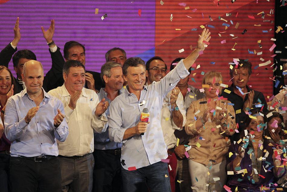 El alcalde de Buenos Aires, Mauricio Macri (c), festeja junto Horacio Rodríguez Larreta (i) los resultados electorales del domingo 26 de abril de 2015, en Buenos Aires (Argentina).  EFE/David Fernández