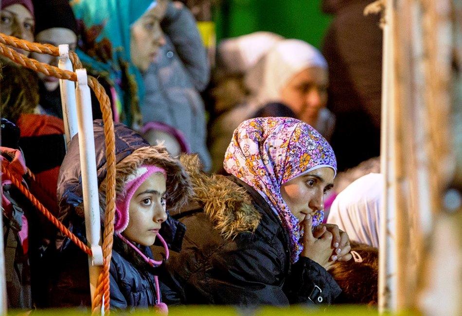 Migrantes aguardan el desembarco en el puerto siciliano de Pozzallo, Italia, lunes 20 de abril de 2015. Un centenar de migrantes, incluidos 28 niños, fueron rescatados el domingo pot un buque mercante en el estrecho de Sicilia. (AP Foto/Alessandra Tarantino)
