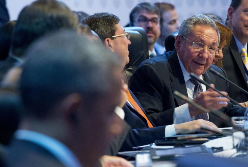El presidente cubano Raúl Castro (derecha) mira hacia el mandatario norteamericano Barack Obama (izquierda), mientras habla ante otros líderes mundiales durante la reunión plenaria de la Cumbre de la Américas en Panamá, el sábado 11 de abril de 2015. (Foto AP/Pablo Martínez Monsiváis)
