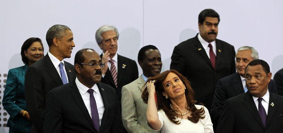 El presidente de Estados Unidos, Barack Obama (i), junto al de Uruguay, Tabaré Vásquez (2i), la presidenta de Argentina, Cristina Fernández (c), y el mandatario de Venezuela, Nicolás Maduro (d, arriba), se preparan para la foto oficial hoy, sábado 11 de abril de 2015, durante la VII Cumbre de jefes de Estado y de Gobierno de las Américas que se celebrará en la Ciudad de Panamá. EFE/Alejandro Ernesto