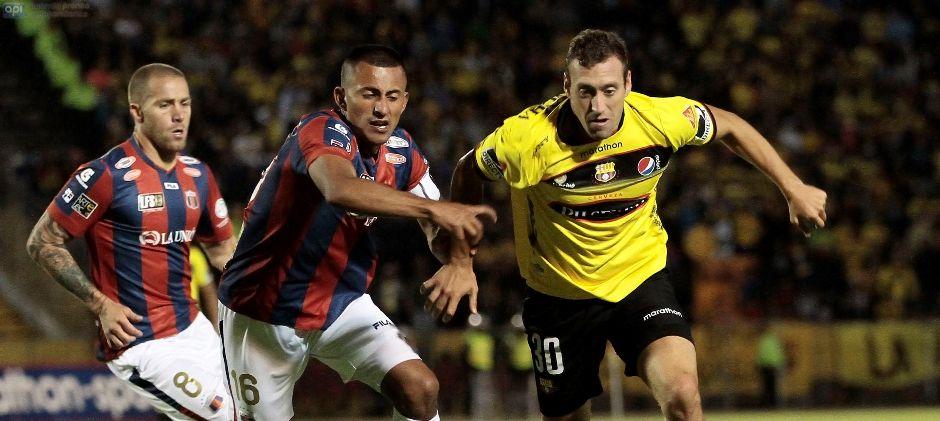 QUITO 13 DE ABRIL DEL 2015. Deportivo Quito vs Barcelona, en la foto Castro (Quito) y  Aleman (Barcelona). FOTOS API / JUAN CEVALLOS