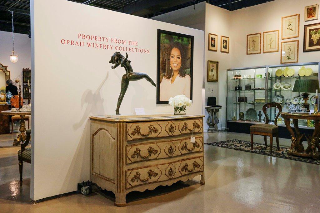 Objetos del apartamento de Oprah Winfrey en Chicago son presentados en una sala en Leslie Hindman Auctioneers en Chicago. (AP Photo/Teresa Crawford)