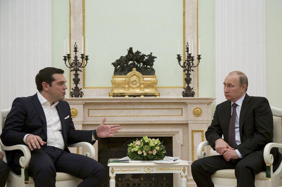 El presidente ruso, Vladímir Putin (d), y el primer ministro griego, Alexis Tsipras, durante su reunión en el Kremlin de Moscú, Rusia, hoy, 8 de abril de 2015. Ambos mandatarios abordarán las relaciones bilaterales así como la tensa situación entre el Kremlin y la Unión Europea. Tsipras visita Moscú en un momento crítico de las negociaciones de Atenas con sus socios europeos acerca de la deuda griega, lo que ha levantado los recelos de Bruselas. EFE/ALEXANDER ZEMLIANICHENKO/POOL