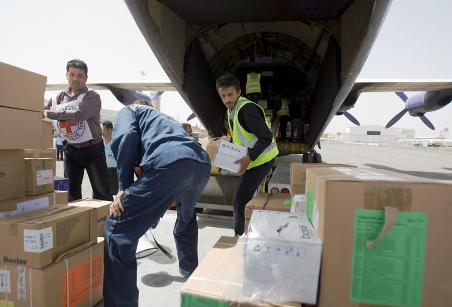 Trabajadores descargan suministros médicos que llegaron a Sanaa, Yemen, el 10 de abril del 2015, por primera vez desde que comenzaron los bombardeos saudíes a este país convulsionado por el avance incontenible de los rebeldes chiíes hutíes. (AP Foto/Hani Mohammed)