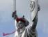 En esta imagen de archivo del 8 de mayo de 2015, un trabajador instala una corona de amapolas sobre el monumento a la Patria, de 102 metros, en Kiev, Ucrania, para conmemorar la victoria sobre la Alemania nazi en la Segunda Guerra Mundial. El escudo de la Madre Patria lleva el símbolo comunista de la hoz y el martillo en el escudo, pero puede que no por mucho tiempo. El gobierno ucraniano quiere mostrar una imagen de reconstrucción del país y borrar todos los recuerdos visibles del pasado comunista, lo que según dicen es un paso importante hacia ese objetivo. (AP Foto/Efrem Lukatsky, Archivo)