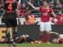Fotografía de archivo fechada el 3 de mayo de 2015 en la que se muestra al centrocampista colombiano del Mainz Elkin Soto (d), y al jugador del Hamburgo Rafael van der Vaart (i), en el suelo tras un choque durante el partido de la Bundesliga alemana de fútbol que ambos equipos disputaron en el Coface Arena de Mainz, Alemania. EFE/Fredrik von Erichsen.