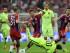 Los jugadores de Bayern Bastian Schweinsteiger (i), Xabi Alonso (c) y Thiago Alcantara (d) disputan el balón con Lionel Messi (abajo) e Ivan Rakitic (2-d), de Barcelona, hoy, martes 12 de mayo de 2015, durante el segundo partido de una de las semifinales de la Liga de Campeones de la UEFA, entre Barcelona y Bayern, en el estadio Allianz Arena de Múnich (Alemania). EFE/Tobias Hase.