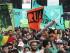 """SAO PAULO (MÉXICO), 23/05/2015.- Manifestantes participan hoy, sábado 23 de mayo de 2015, en una marcha para exigir la legalización de la marihuana, en Sao Paulo (Brasil). Miles de personas participaron hoy en una marcha convocada en Sao Paulo para reclamar la legalización de la marihuana, cuya tenencia, cultivo y consumo están prohibidos en Brasil. La llamada """"Marcha de la Marihuana"""" transcurrió en forma pacífica por las principales avenidas de Sao Paulo y, de acuerdo a cálculos de la Policía, congregó a unas 4.000 personas, en su mayoría jóvenes que portaban carteles con leyendas en favor de la despenalización de la hierba. EFE/Carlos Villalba R."""