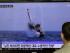 Un surcoreano ve imágenes de un programa de televisión que reproducen una imagen publicada por el periodico norcoreano Rodong Sinmun de un misil balístico supuestamente lanzado por Pyongyang desde el mar, en una estación de tren en Seúl, Corea del Sur, el 9 de mayo de 2015. (Foto AP/Ahn Young-oon)