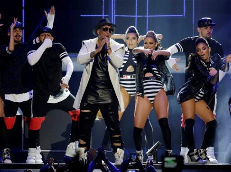 Daddy Yankee canta en la ceremonia de los Premios Billboard de la Música Latina el jueves 30 de abril del 2015 en Coral Gables, Florida. (AP Foto/Lynne Sladky)