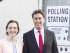 El líder del Partido Laborista, Ed Miliband (dcha), y su mujer, Justine (izda), sonríen tras ejercer su derecho al voto en un colegio electoral en Doncaster (Reino Unido) hoy, jueves 7 de mayo de 2015. EFE/Facundo Arrizabalaga