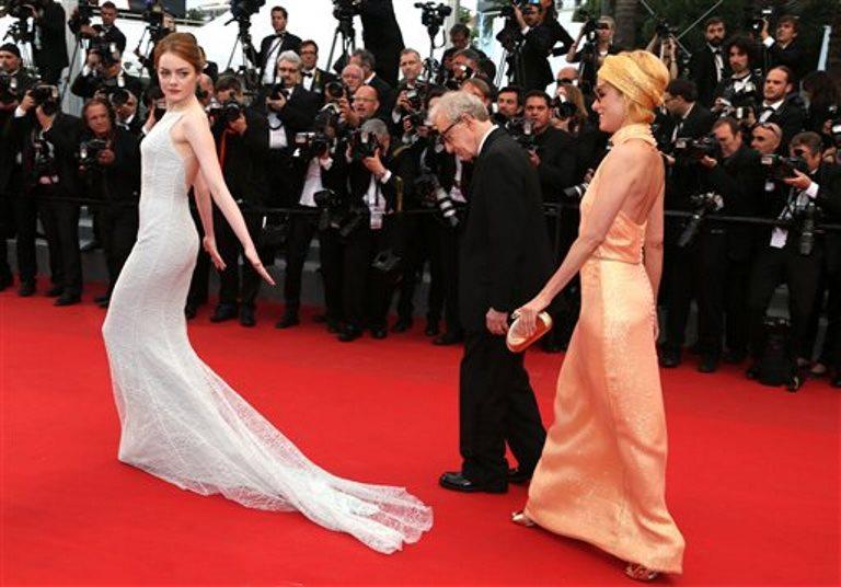 """La actriz Emma Stone, el director Woody Allen y la actriz Parker Posey posan en la alfombra roja previo a la función de """"Irrational Man"""" en el Festival de Cine de Cannes, el viernes 15 de mayo del 2015. (AP Foto/Thibault Camus)"""