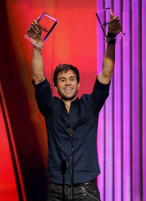 """Enrique Iglesias acepta los premios """"Latin Pop Album"""" del año y """"Latin Pop Song"""", artista del año solista en los Billboard de la Música Latina, el jueves 30 de abril del 2015 en Coral Gables, Florida. (AP Foto/Lynne Sladky)"""
