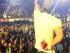 Fotografía provista por Francis Ramsden, del cantante Enrique Iglesias _con su mano ensangrentada y vendada_ durante un concierto en Tijuana, México, la noche del sábado 30 de mayo de 2015. (Francis Ramsden vía AP)