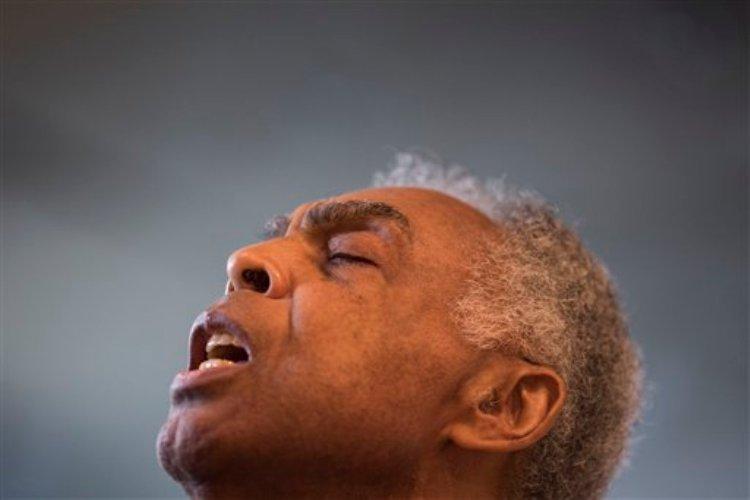 Gilberto Gil ensaya antes de grabar en un estudio en Río de Janeiro, Brasil, el miércoles 27 de mayo de 2015. Gil emprenderá una gira por 10 países de Europa del 25 de junio al 2 de agosto con su gran amigo Caetano Veloso. (Foto AP/Felipe Dana)