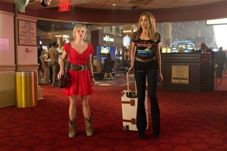 """Reese Witherspoon, izquierda, y Sofia Vergara en una escena de """"Hot Pursuit"""" en una imagen proporcionada por Warner Bros. Pictures. (Sam Emerson/Warner Bros. Pictures via AP)"""