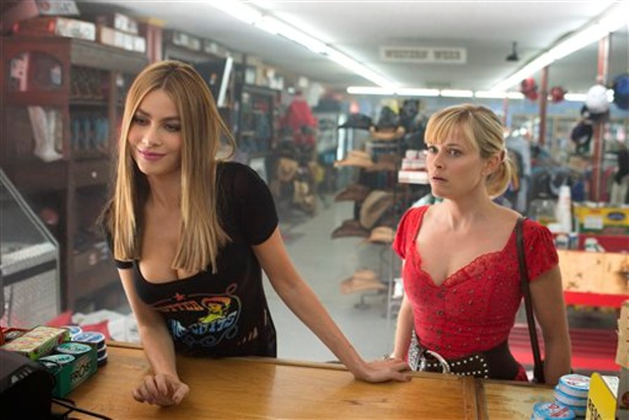 "Reese Witherspoon, derecha, y Sofia Vergara en una escena de ""Hot Pursuit"" en una imagen proporcionada por Warner Bros. Pictures. (Sam Emerson/Warner Bros. Pictures via AP)"