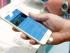 Una persona observa la pantalla de un iPhone 6 Plus mientras hace fila para mejorar su aparato en una tienda Verizon Wireless en Flowood, Missouri, el 19 de septiembre de 2014. Una falla descubierta hace poco en un programa informático de Apple puede causar que los iPhones se apaguen misteriosamente si reciben un cierto mensaje de texto. Apple dijo que busca una solución al problema.(AP Foto/Rogelio V. Solis)
