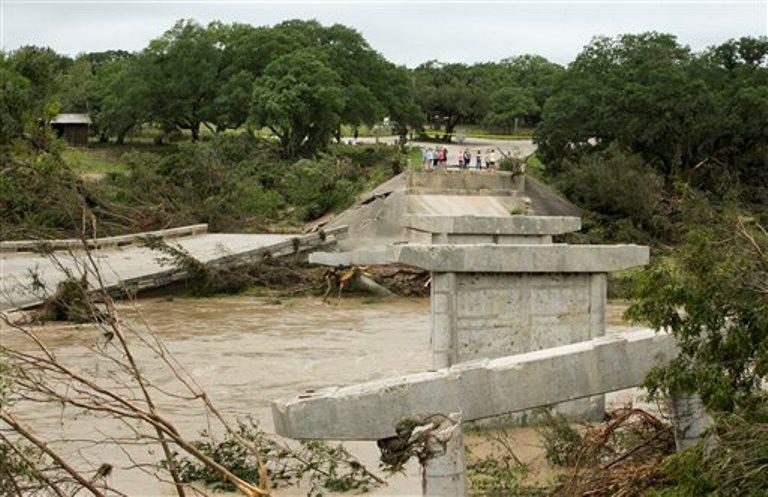 El puente  de Fischer Store Road sobre el río Blanco cerca de Wimberley, Texas, es destruído por una inundación el domingo, 24 de mayo del 2015. Lluvias récord causaron enormes daños en una sección del centro de Estados Unidos el domingo, con inundaciones en cuencas usualmente secas, desatando tornados y obligando a al menos 2.000 personas a abandonar sus hogares. (Jay Janner/Austin American-Statesman via AP)