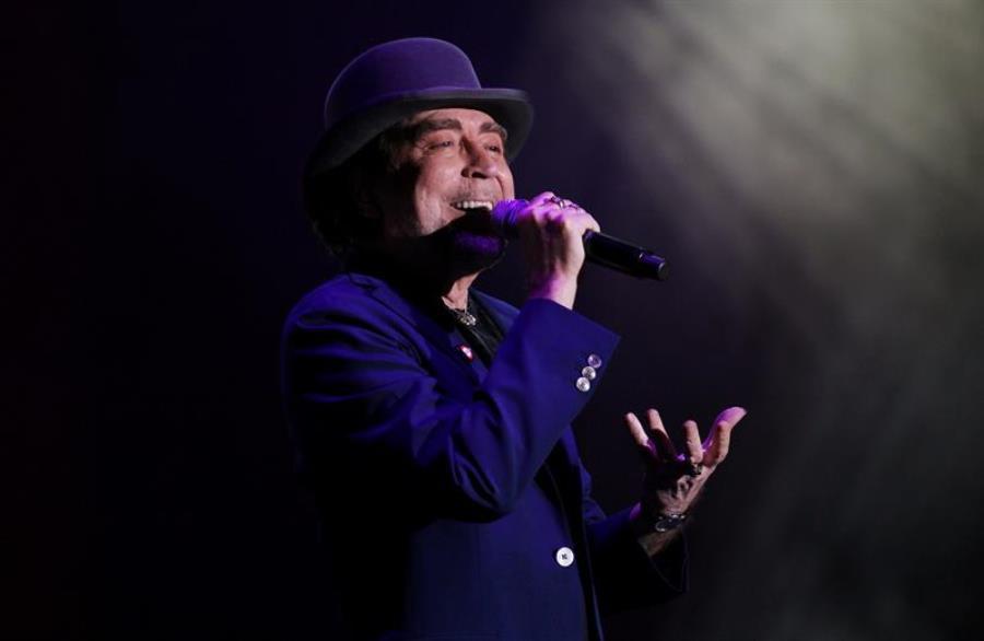 """El cantante español Joaquín Sabina se presenta hoy, sábado 30 de mayo de 2015, durante el concierto de su gira latinoamericana """"500 noches para una crisis"""" en Bogotá (Colombia). EFE/LEONARDO MUÑOZ"""