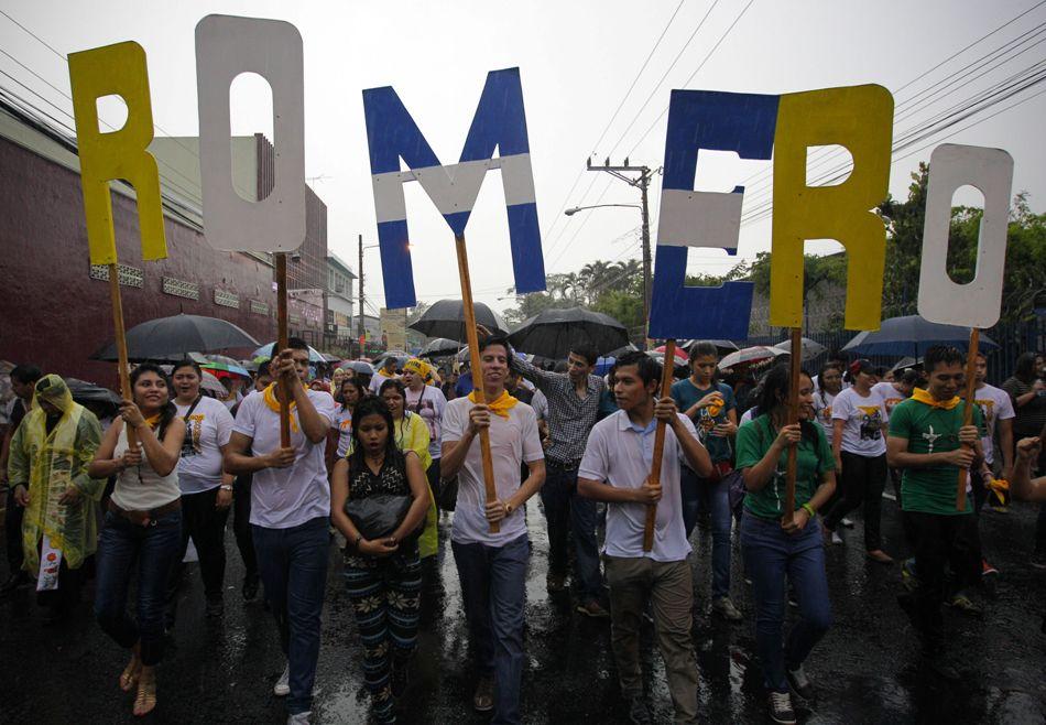 Cientos de devotos del mártir salvadoreño Óscar Arnulfo Romero inician una procesión hoy, viernes 22 de mayo de 2015, en el marco de las actividades previas a la beatificación, mañana, del asesinado monseñor en San Salvador (El Salvador). Se espera la presencia de cerca de 300.000 personas en el acto de beatificación, programado para las 10:00 hora local (16:00 GMT) de este sábado. EFE/Oscar Rivera