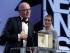 """Jacques Audiard (izquierda), director de la cinta """"Deephan"""", ganadora de la Palma de Oro a mejor película del festival de Cannes, Francia, agradece el reconocimiento el domingo 24 de mayo de 2015. (Foto AP/Lionel Cironneau)"""