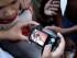 Admiradores de Rihanna observan fotografías tomadas a la cantante dentro del restaurante La Guarida La Habana, Cuba, el jueves 28 de mayo de 2015. (Foto AP/Desmond Boylan)