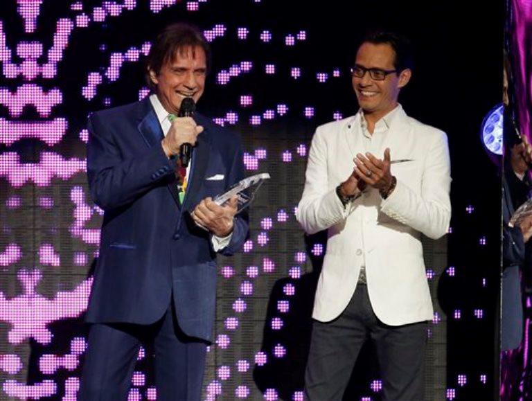 Roberto Carlos acepta el Premio a la Trayectoria de manos de Marc Anthony, a la derecha, durante los Billboard de la Música Latina, el jueves 30 de abril del 2015 en Coral Gables, Florida. (AP Foto/Lynne Sladky)