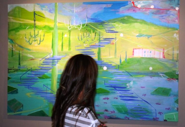 Una mujer contempla obra de Roberto Noboa.