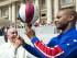 El papa Francisco, izquierda, sonríe mientras el jugador de los Harlem Globetrotters, Flight Time Lang, le enseña cómo sostener el balón con un dedo el miércoles, 6 de mayo de 2015, en El Vaticano. (L'Osservatore Romano/Pool Photo via AP).