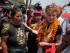 La actriz ganadora del Oscar Susan Sarandon (derecha), acompaña a Kanti Maya Tamang, quien perdió a su esposa e hija en el terremoto ocurrido el 25 de abril de 2015 en Nepal. La actriz que lleva a cabo una visita de cinco días al país pidió el domingo 24 de mayo de 2015 que los turistas visiten ese lugar. (Foto AP/Niranjan Shrestha)