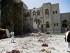 Hombres leales al presidente yemení Alí Abdula Salé recorren una zona bombardeada por una coalición encabezada por Arabia Saudita en Saná, Yemen, el domingo 10 de mayo de 2015. Los insurgentes en Yemen aceptaron el alto el fuego humanitario ofrecido por la coalición militar para permitir que organizaciones lleven ayuda a los ciudadanos. (Foto AP/Hani Mohamed)