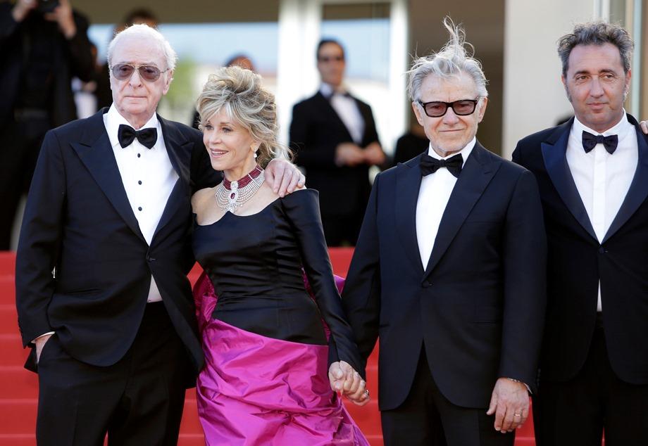"""Los actores Michael Caine, Jane Fonda y Harvey Keitel y el director Paolo Sorrentino, de izquierda a derecha, llegan al estreno de su película """"Youth"""" en el Festival de Cine de Cannes, el miércoles 20 de mayo del 2015. (AP Foto/Lionel Cironneau)"""