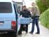 La policía sube una caja con evidencia a un vehículo en Augsburgo, sur de Alemania, el miércoles 6 de mayo de 2015. Las autoridades alemanas realizaron varias redadas en todo el país el miércoles y arrestaron a cuatro personas acusadas de fundar un grupo extremista de ultraderecha para atacar mezquitas y alojamientos de solicitantes de asilo. (Karl-Josef Hildenbrand/dpa via AP)