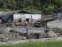 Un hombre mira las viviendas que resultaron damnificadas por un torrente de agua, lodo y piedras en la población de Salgar, en el departamento de Antioquia, al noroccidente de Colombia, el lunes 18 de mayo de 2015. Al menos 60 personas murieron por el aluvión a causa de las intensas lluvias. (AP Foto/Luis Benavides)