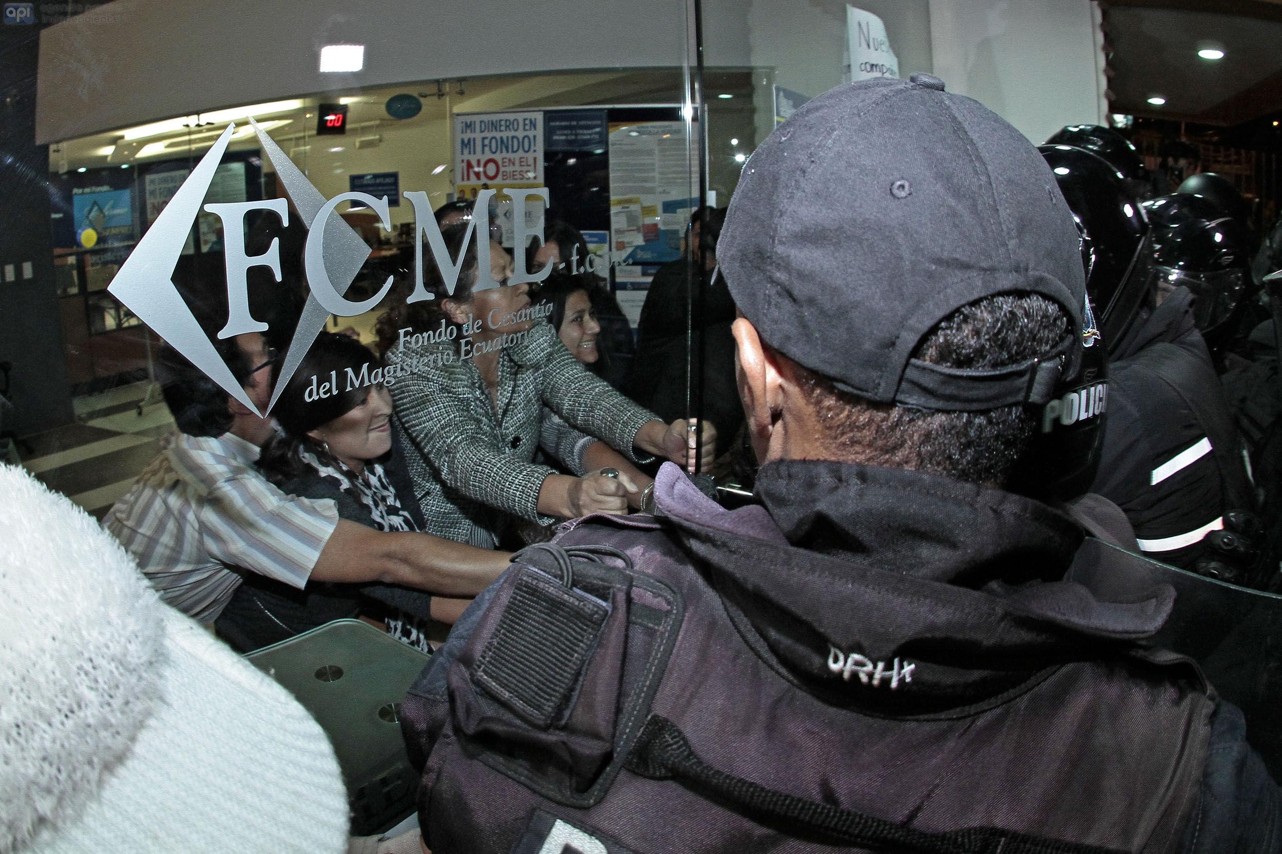 QUITO 14 de Mayo del 2015. La policia junto con un representante de la Superintendencia de Bancos tomaron control de el Fondo de Cesantia del Magisterio Ecuatoriano. FOTOS API/JUANCEVALLOS.