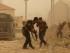 Soldados iraquíes se defienden de un ataque del grupo extremista Estado Islámico durante una tormenta de arena en Ramadi, Irak, el 14 de mayo del 2016. (AP Foto)