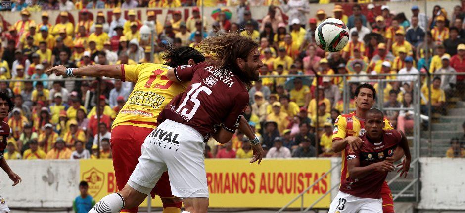 QUITO 17 DE MAYO DE 2015. Aucas vs Barcelona, en la foto Sebastian Abreu (Aucas) y Javier Frezzotti (Barcelona). FOTOS API /JUANCEVALLOS.