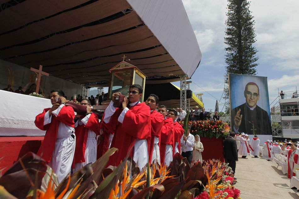 """Un grupo de acólitos cargan las reliquias del mártir salvadoreño monseñor Óscar Arnulfo Romero durante su ceremonia de beatificación hoy, sábado 23 de mayo de 2015, en San Salvador (El Salvador). Romero fue beatificado ante cientos de miles de devotos y presidentes de varios países reunidos en la plaza Salvador del Mundo. La beatificación se concretó cuando la reliquia de Romero, consistente en la camisa ensangrentada que vestía el día de su asesinato, flores y una palma que significa """"la victoria de los mártires"""", fue incensada por el cardenal Angelo Amato, el enviado especial del papa Francisco. EFE/Oscar Rivera"""