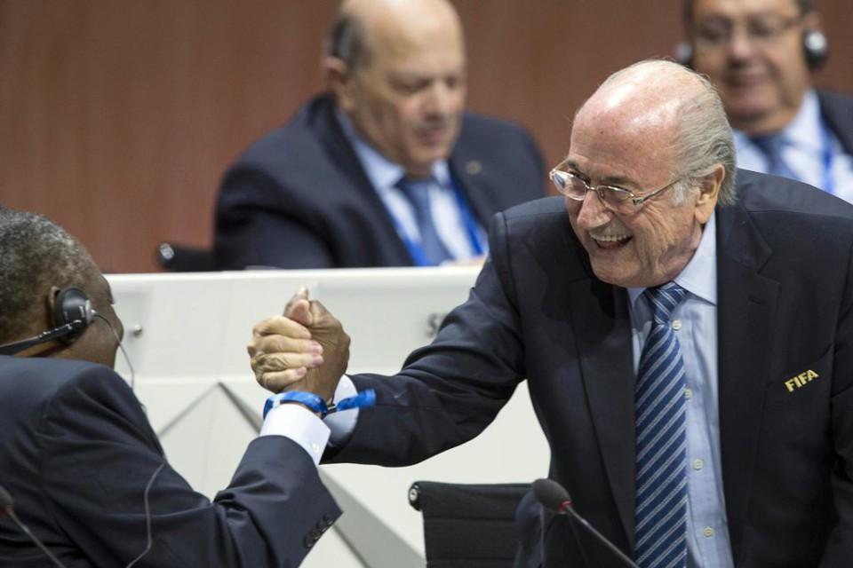 El presidente de la Federación Internacional de Fútbol (FIFA), Joseph Blatter (d), saluda al presidente de la Confederación Africana de Fútbol (CAF), el camerunés Issa Hayatou (i), durante el 65º Congreso de la FIFA en Zúrich (Suiza) el viernes 29 de mayo de 2015. EFE/Patrick B. Kraemer