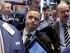George Baskinger, al centro, trabaja con otros corredores en la Bolsa de Valores de Nueva York. (Foto AP/Richard Drew)